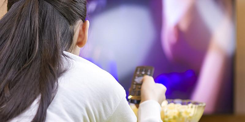 Grignoter devant la télé (iStock)